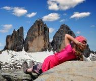 Muchacha que mira el cime di Lavaredo de Tre Imagen de archivo libre de regalías