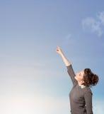 Muchacha que mira el copyspace del cielo azul Fotografía de archivo