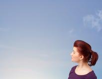 Muchacha que mira el copyspace del cielo azul Foto de archivo libre de regalías