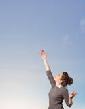 Muchacha que mira el copyspace del cielo azul Imagen de archivo