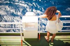 Muchacha que mira el mar Imagenes de archivo