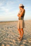 Muchacha que mira el mar en la costa Fotos de archivo libres de regalías