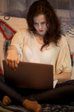 Muchacha que mira el ordenador portátil Imagen de archivo libre de regalías