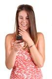 Muchacha que mira el teléfono. Fotografía de archivo
