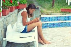 Muchacha que mira el teléfono Imagen de archivo libre de regalías