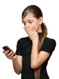 Muchacha que mira el teléfono a disposición Imágenes de archivo libres de regalías