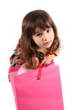 Muchacha que mira en bolso del regalo Imagen de archivo
