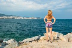 Muchacha que mira en el mar imagenes de archivo