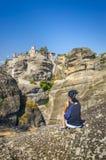 Muchacha que mira en el monasterio de Meteora Fotografía de archivo libre de regalías