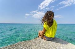 Muchacha que mira en el océano tranquilo Fotografía de archivo