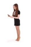 Muchacha que mira en PC negra de la tableta Imágenes de archivo libres de regalías
