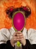 Muchacha que mira en un espejo Imagen de archivo libre de regalías