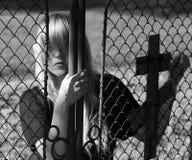 Muchacha que mira a escondidas de detrás la puerta imagen de archivo libre de regalías