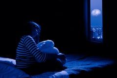 Muchacha que mira hacia fuera la ventana Fotos de archivo libres de regalías