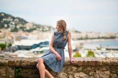 Muchacha que mira la ciudad de Cannes Fotos de archivo libres de regalías