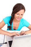 Muchacha que mira la computadora portátil Imagen de archivo
