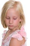 Muchacha que mira la mariposa en su hombro Foto de archivo libre de regalías