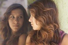 Muchacha que mira la reflexión Foto de archivo libre de regalías