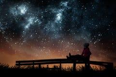 Muchacha que mira las estrellas fotografía de archivo libre de regalías