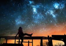 Muchacha que mira las estrellas fotos de archivo libres de regalías