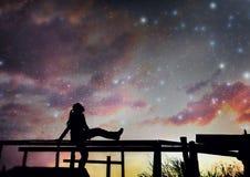 Muchacha que mira las estrellas imagenes de archivo