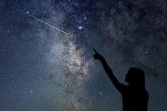 Muchacha que mira las estrellas Muchacha que señala una estrella fugaz imágenes de archivo libres de regalías