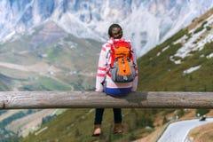Muchacha que mira las montañas Imágenes de archivo libres de regalías