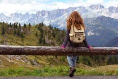 Muchacha que mira las montañas Fotografía de archivo libre de regalías
