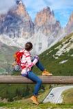 Muchacha que mira las montañas Foto de archivo