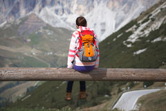 Muchacha que mira las montañas Imagen de archivo libre de regalías