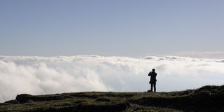 Muchacha que mira las nubes Imagen de archivo