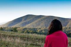 Muchacha que mira lejos en el fondo de las montañas de Cárpatos Imagen de archivo libre de regalías