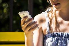 Muchacha que mira móviles fotos de archivo