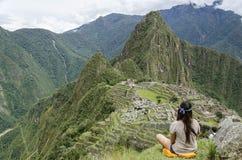 Muchacha que mira Machu Picchu Fotos de archivo libres de regalías