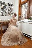 Muchacha que mira para arriba el vestido del vintage Foto de archivo