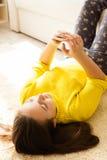Muchacha que mira smartphone Imágenes de archivo libres de regalías