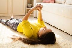 Muchacha que mira smartphone Concepto de aislamiento social Imagen de archivo