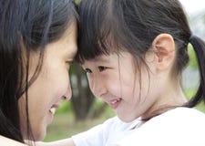 Muchacha que mira a su madre Imagen de archivo