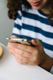Muchacha que mira su smartphone Foto de archivo