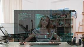 Muchacha que mira una pantalla de visualización virtual delante de sus ojos almacen de video