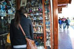Muchacha que mira una tienda de regalos Imagen de archivo