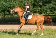 Muchacha que monta un caballo Fotografía de archivo