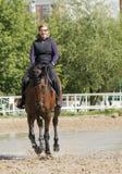 Muchacha que monta un caballo Imagen de archivo libre de regalías