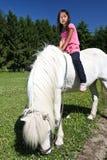 Muchacha que monta un caballo blanco en Dinamarca Fotografía de archivo libre de regalías