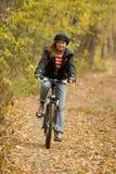 Muchacha que monta una bici. Imagen de archivo libre de regalías