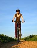 Muchacha que monta una bici Fotografía de archivo