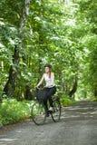 Muchacha que monta una bicicleta fotos de archivo