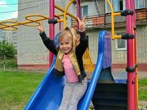 Muchacha que monta una montaña rusa Foto de archivo libre de regalías