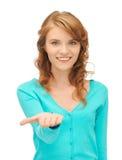 Muchacha que muestra algo en la palma de su mano Fotos de archivo