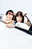 Muchacha que muestra algo fuera del coche Fotografía de archivo libre de regalías